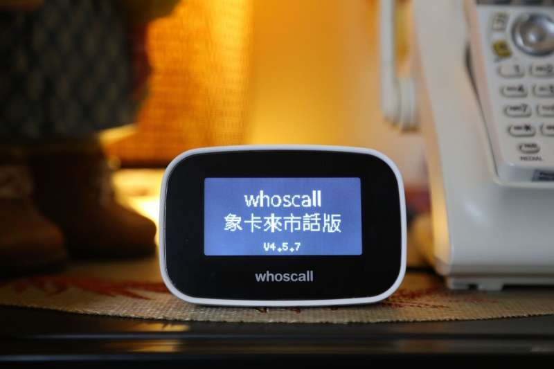 Whoscall 跨足硬體,首推「象卡來市話版」,可即時辨識可疑電話,僅需三分鐘安裝時間,讓子女輕鬆替家中長輩買一份安心。(圖/James Huang攝,數位時代提供)