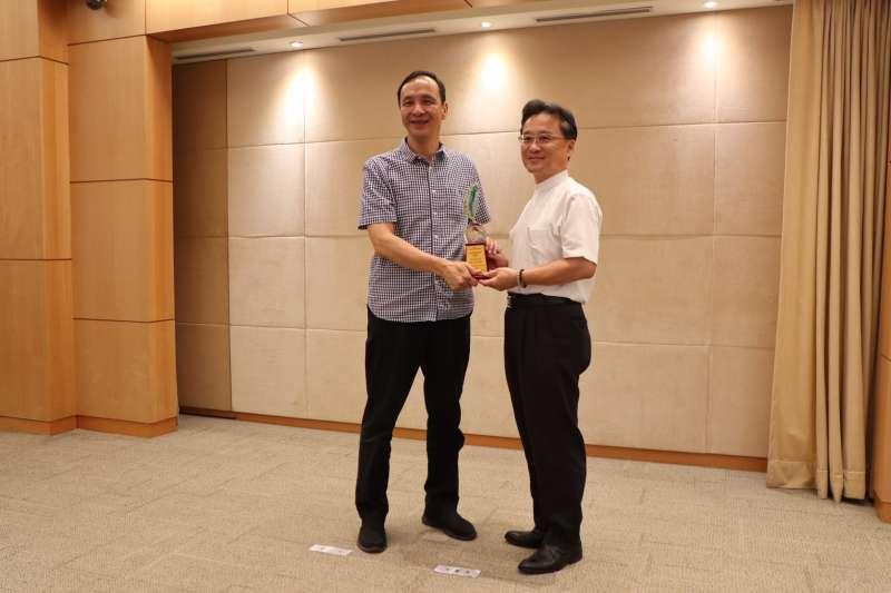 工務局副局長郭俊傑(右)在18日市政會議中,將獎項獻給新北市長朱立倫。(圖/新北市政府工務局提供)