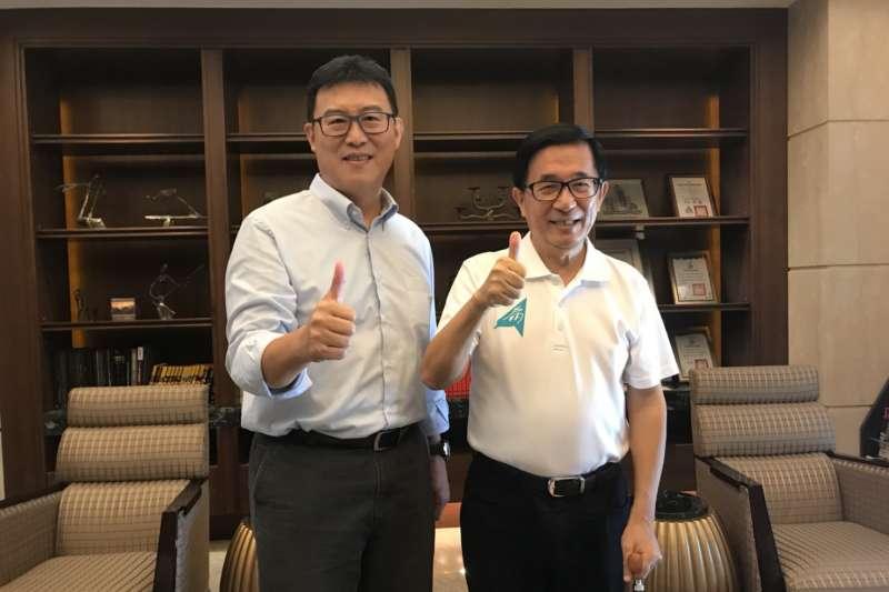 民進黨台北市長參選人姚文智(左)19日在凱達格蘭學校校長金恆煒的陪同下,前往高雄拜會前總統陳水扁(右)。(姚文智辦公室提供)