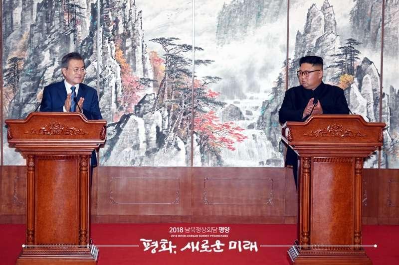 金正恩與文在寅在簽署《平壤共同宣言》後舉行共同記者會。(青瓦台官網)