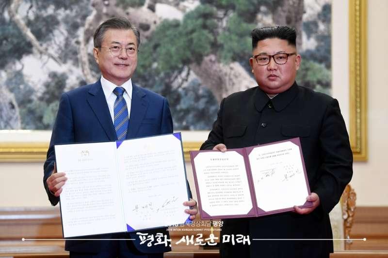 金正恩與文在寅簽署《平壤共同宣言》。(青瓦台官網)