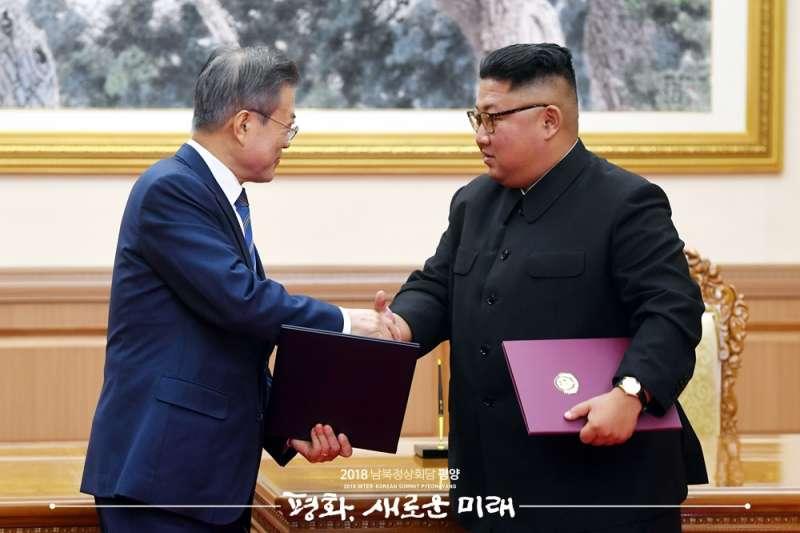 金正恩與文在寅在簽署《平壤共同宣言》後握手換文。(青瓦台官網)