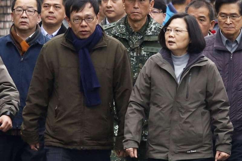 姚人多(左)選後臉書貼文表示已退出是蔡英文(右)總統幕僚小組,請台北市長柯文哲「務必站在台灣人這邊」。(郭晉瑋攝)