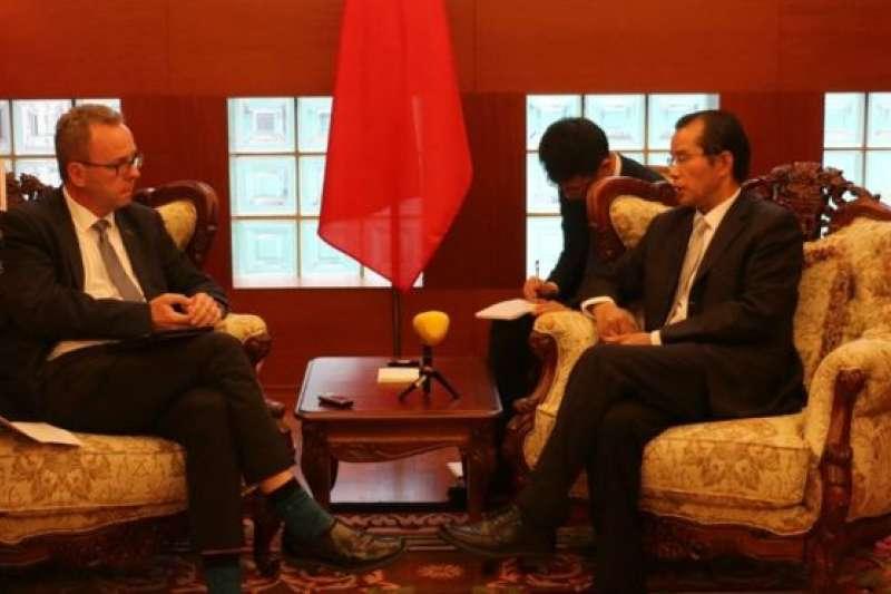 中國駐瑞典大使桂從友接受瑞典《快報》記者專訪。中國大使館指瑞典警察粗暴對待在斯德哥爾摩的3名中國遊客,中國外交部已向瑞典政府提出嚴正交涉。(BBC中文網)