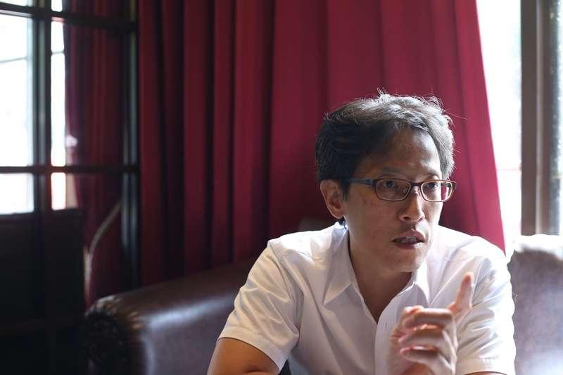 土生土長天龍國人,周盈成是講國語長大的,有記者資歷的他,以專欄作家身分用台語文寫國際新聞達兩年多。(圖/文化+)