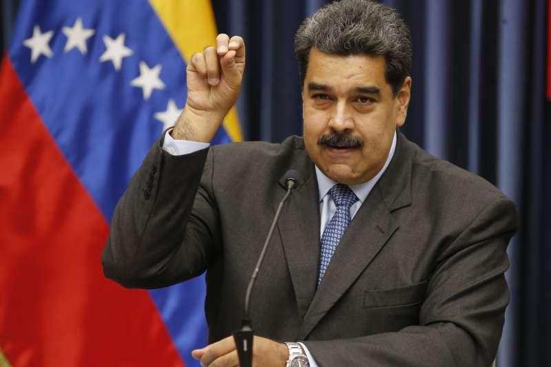 委內瑞拉總統馬杜洛在記者會上毫不避諱民怨沸騰,比出「撒鹽哥」的招牌手勢。(AP)