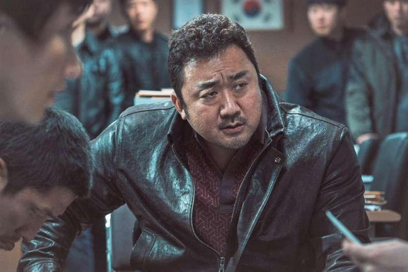 34歲才踏入演藝圈的的馬東石大叔,用精湛的演技證明了自己是「最強綠葉」,而且他在電影中正義、搞笑的形象、讓許多影迷都被他鐵漢柔情的魅力迷倒。(圖/imbd官網)