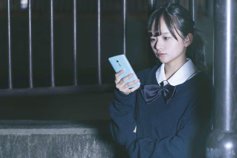 父母老愛看手機訊息,要求早點回家,該怎麼辦?(示意圖/pakutaso)