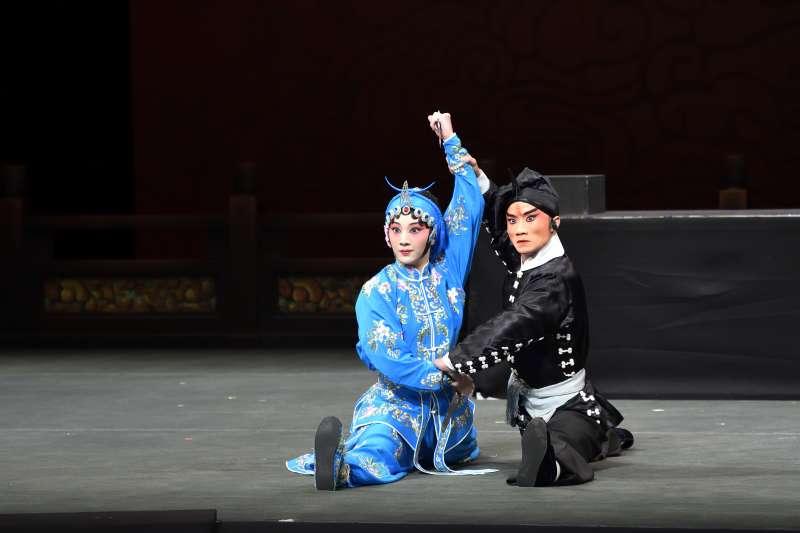 《武松打店》由徐挺芳(右)飾演武松、張珈羚(左)飾演孫二娘,是武生武旦戲。(國光劇團提供)