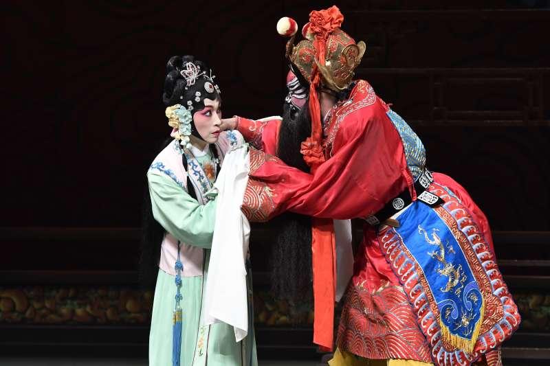 《鍾馗嫁妹》由戴立吾(右)飾演鍾馗,朱勝麗(左)飾演梅英。(國光劇團提供)