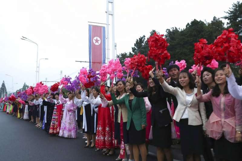 北韓民眾夾道為南韓總統文在寅夫婦歡呼。(美聯社)