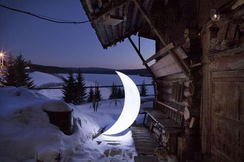 一個孤獨的男人,一彎潔白明月,從此開啟向世界的壯遊。(圖/取自Private Moon – Leonid Tishkov,瘋設計提供)
