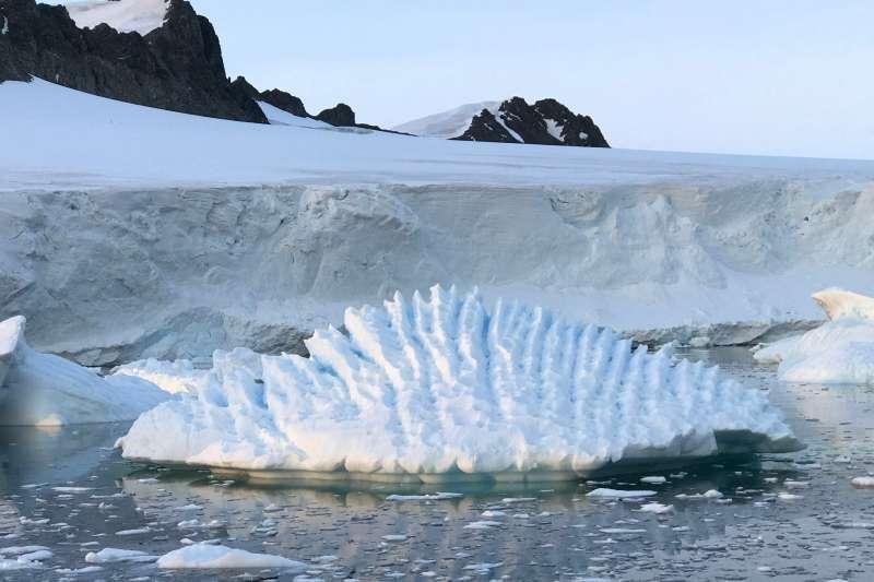 研究指出,全世界最大冰層,南極洲「沉睡的巨人」東南極冰蓋若融化,海平面將上升數公尺。圖為南極洲的冰層。(AP)