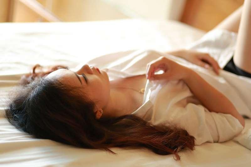 女性自慰時,體內的血液循環會增加,進而釋放腦內啡,使身體感覺愉快。(示意圖@pixabay)