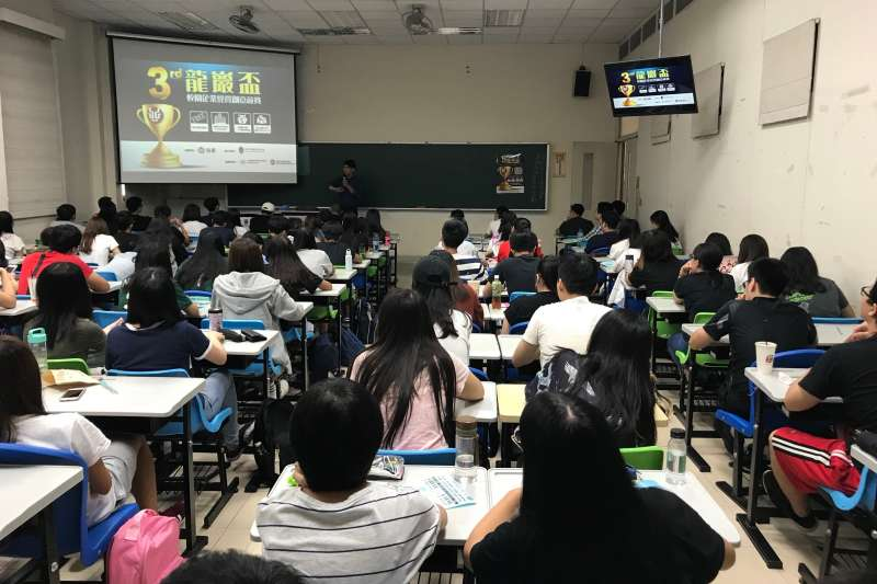 「政府打開學府大門歡迎各國學生來台,學校在學習上嚴格把關達到程度才能畢業,拿到文憑後也不代表就能得到本地企業的聘僱留在台灣,有能者才會得到工作,這才是台灣需要的,給予永久居留權及身分證是留住人才的誘因。」(示意圖,龍巖提供)