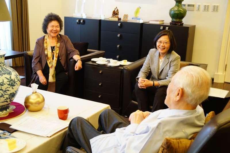 總統蔡英文今(20)和總統府祕書長陳菊一同拜會前總統李登輝,預祝他與家人中秋佳節快樂。(圖取自蔡英文 Tsai Ing-wen粉絲專頁)