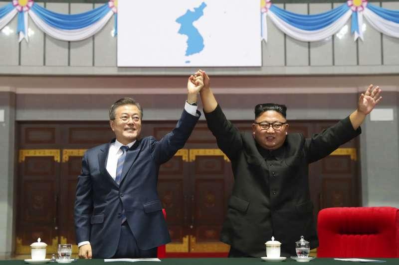 2018年9月19日,南韓總統文在寅訪問平壤,與北韓最高領導人金正恩高舉雙手。(AP)