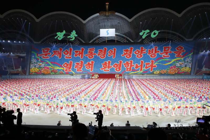 2018年9月19日,南韓總統文在寅與朝鮮國務委員會委員長金正恩一起在平壤陵羅島「五一體育場」觀看大型團體表演(AP)