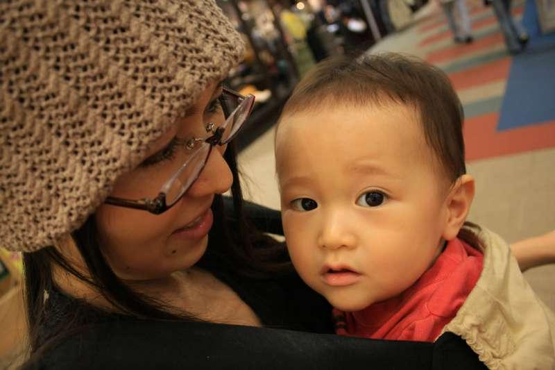 有戀母情結的男生,當然不會真的愛上自己的媽媽,但是在往後交往、尋找對象時,會容易愛上和自己媽媽相似的女性。(示意圖/Toshimasa Ishibashi@flickr)
