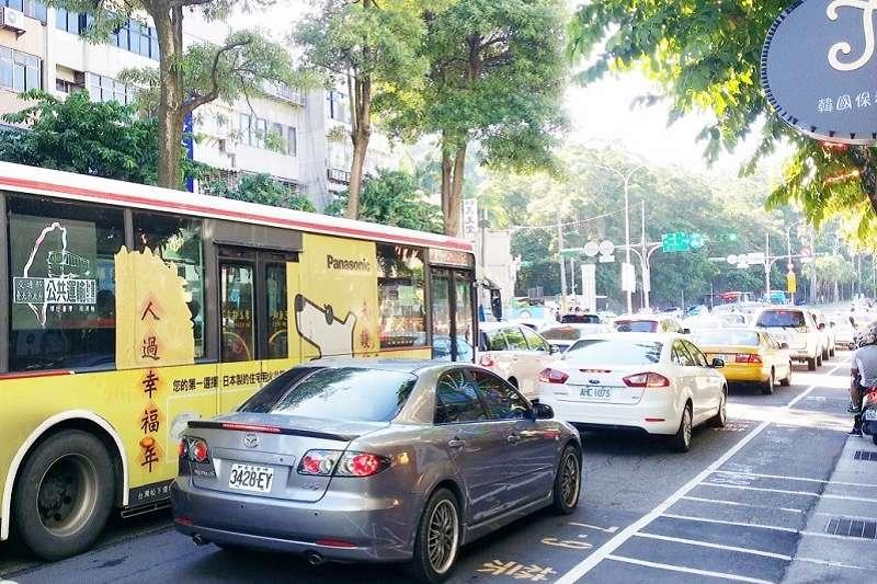 早上8點內湖成功路上公車乘客數與車流形成強烈對比。(戴發奎攝)