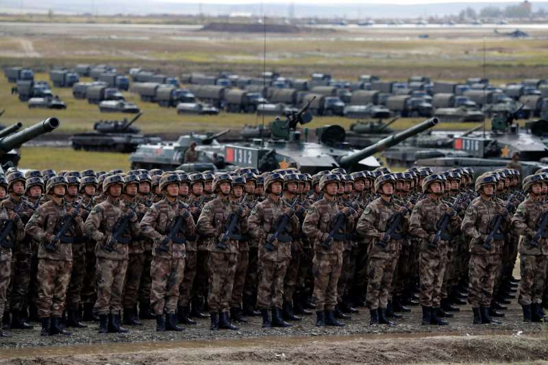 2018年9月20日,美國國務院因中國向俄羅斯購買軍備,對中國祭出制裁。圖為中國軍人參加與俄羅斯合辦的「東方-2018」軍演。(AP)
