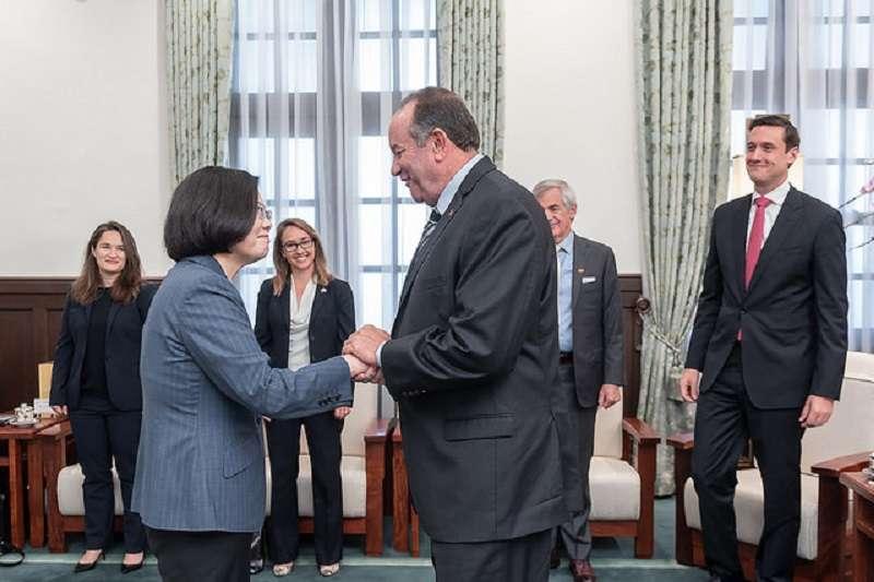 蔡英文總統接見華府智庫「大西洋理事會」訪問團時,呼籲國際青商會重視中國散播假新聞。(總統府官網)