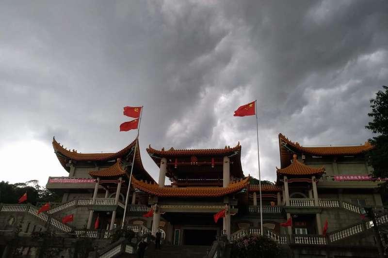 高掛五星旗的彰化二水碧雲禪寺,在紐時報之後以「建建」拆了。(微博)