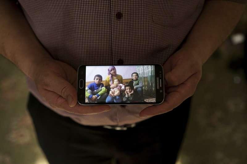 阿齊茲離開新疆後,便失去妻兒4人的消息。(AP)