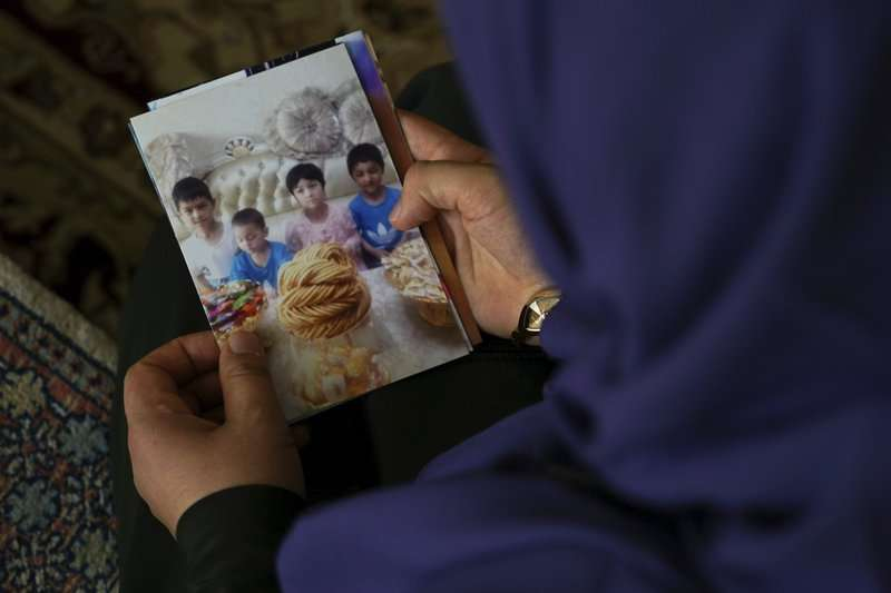 流亡海外的維吾爾人被迫與子女分離。 (AP)