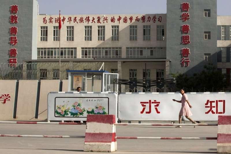 許多為維吾爾人為避免被送進「再教育營」,而逃出國,卻從此有家歸不得 (AP)