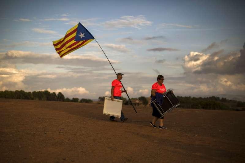 2018年9月18日,支持獨立的西班牙加泰隆尼亞民眾準備前往獨派領袖關押的監獄前聲援。(AP)