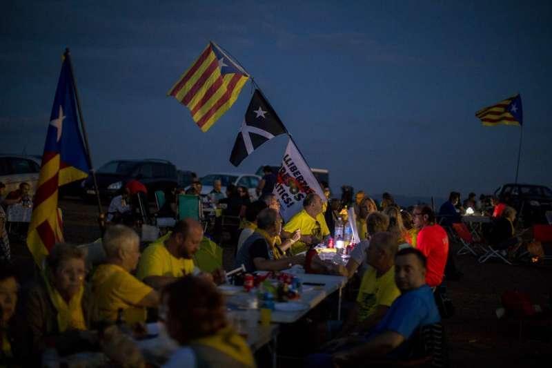 2018年9月18日,支持獨立的西班牙加泰隆尼亞民眾在獨派領袖關押的監獄附近野餐。(AP)