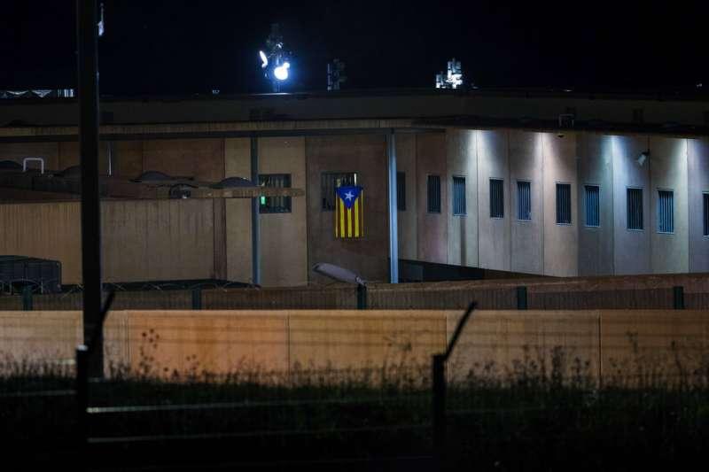 2018年9月18日,入獄的西班牙加泰隆尼亞獨派領袖,在監獄窗戶掛上加泰隆尼亞旗。(AP)