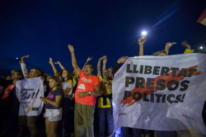 2018年9月18日,支持獨立的西班牙加泰隆尼亞民眾在獨派領袖關押的監獄前聲援。(AP)