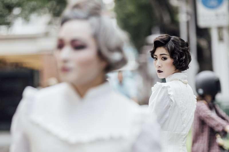 《瑪莉皇后的禮服》劇中時序跨越了將近百年,設計上運用舞台和影像技術,營造時空交替的魔幻場景,帶領觀眾深入瑪莉不為人知的腦內世界,揭示她高貴姿態底下潛藏的真實面貌。(圖/兩廳院提供)
