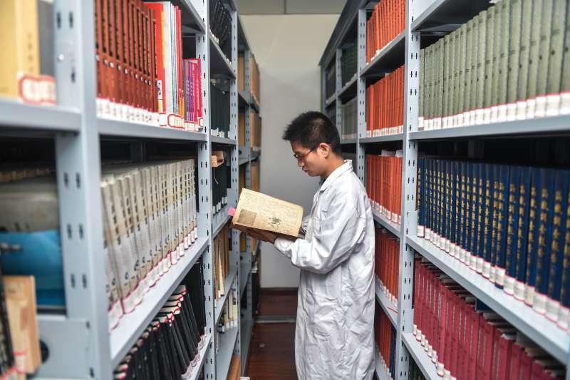 偽滿皇宮博物院研究人員趙士見在資料庫查閱研究日軍第100部隊細菌戰相關史料(新華社)