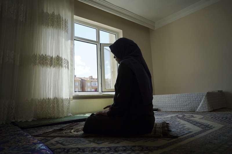 中國大肆迫害新疆維吾爾人,甚至讓他們的下一代成為「有爸媽的孤兒」,流亡異國的維族母親只能痛苦思念(AP)