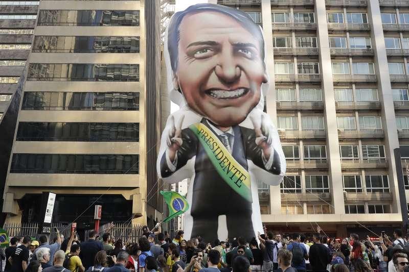 「巴西川普」博索納羅(Jair Bolsonaro)聲勢看漲,被看好問鼎總統大位,但這位多次出言歧視女性的候選人,面臨數百萬巴西女性反制。(AP)