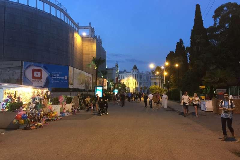 阿布哈茲:首都蘇呼米市中心的濱海大街(簡恒宇攝)