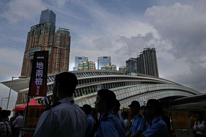 深港高鐵香港段通車23日,「一地兩檢」制度引發部分港人憂心港府在高鐵站內劃分特定地方供大陸執法人員使用,是「割地賣港」。(美聯社)