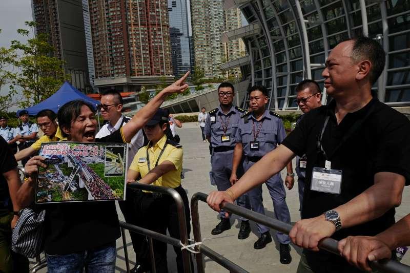 深港高鐵香港段通車23日,港府在高鐵站內劃分特定地方供大陸執法人員使用,遭批是「割地賣港」。(美聯社)