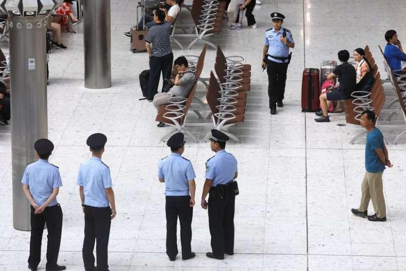 中國的執法人員在口岸區範圍內執勤。(BBC中文網)