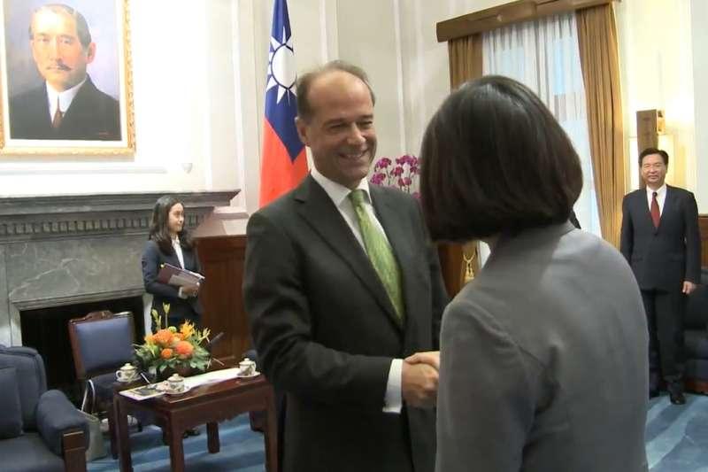 蔡英文在總統府接見英國國際貿易部主管貿易政策副部長何柏禮(左)。(翻攝總統府官網影片)