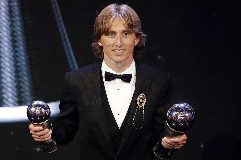 莫德里奇獲選為FIFA年度最佳男球員,中斷C羅、梅西連續10年壟斷該獎項的紀錄。 (美聯社)