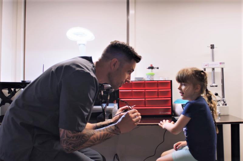 一位愛女心切的爸爸,為了讓女兒少受點苦,竟看Youtube學會了「做義眼」,甚至意外找到了畢生熱情所在…(圖/截自Youtube)