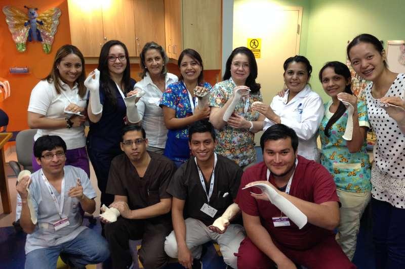陽光基金會舉辦「中南美洲燒傷專業人員培訓計畫」,以體驗學習方式,讓拉丁美洲治療師們學習副木製作。(陽光基金會提供)