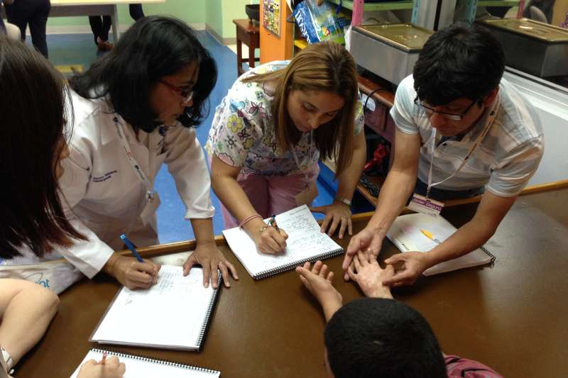 陽光基金會舉辦「中南美洲燒傷專業人員培訓計畫」,讓拉丁美洲治療師們進行手部燒傷評估練習。(陽光基金會提供)