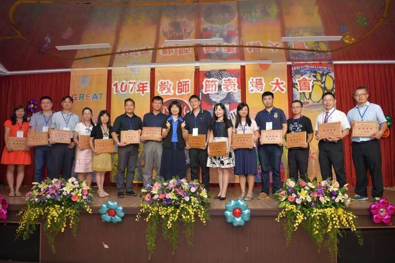 南投縣政府25日舉行107年教師節表揚大會,合計發出462項獎項、共459位優秀教師獲獎。(圖/南投縣政府提供)