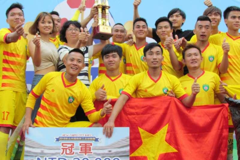 勞工局長許秀能(二排左三)頒發2萬元獎金與獎盃給冠軍越南義安隊,並與他們合影。(圖/新北市勞工局提供)