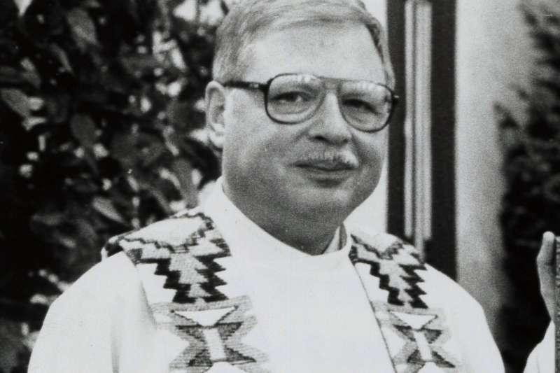 美國天主教神父佩羅被控性侵多名男童,畏罪潛逃國外26年後,上周被引渡回美國受審(美聯社)
